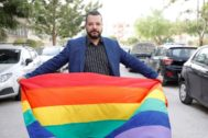 Tunis (Tunisia).- Tunisian lawyer <HIT>Mounir</HIT> Baatour poses with a rainbow flag as he submits his candidacy for the upcoming presidential elections in Tunis, Tunisia, 08 August 2019. Baatour is the first openly gay candidate for presidential elections in Tunisia and the arab world. Tunisia's Presidential elections first round is due to be held on 15 September 2019. (Elecciones, Abierto, Túnez, Túnez) EPA/