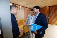 Toni Cantó charla con Carlos Mazón y el alcalde de Alicante, luis Barcala, cuando se negoció la investidura.