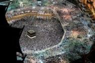 Cientos de miles de musulmanes acuden a La Meca, en Arabia Saudí para rodear la Kaaba.