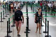 Pasajeros en los controles de seguridad del aeropuerto de El Prat.