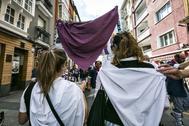 Dos mujeres durante una concentración contra las agresiones sexuales en las fiestas de Vitoria