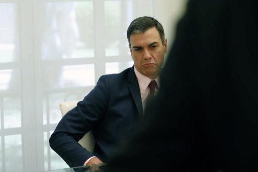 Pedro Sánchez, durante una reunión con colectivos sociales