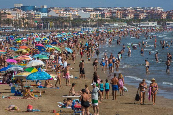 Centenares de personas en una playa de Valencia.