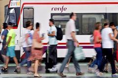 Varias personas caminan por uno de los andenes de la estación del Norte de Valencia durante una jornada de paros en 2019