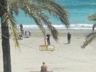 Efectivos de la Guardia Civil en la playa de Vinaròs donde han sucedido los hechos.