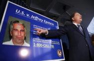 Un cartel con información sobre el caso Epstein.
