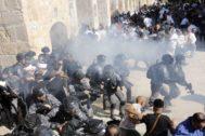 Fuerzas de seguridad israelíes disparan granadas de sonido dentro de la Explanada de las Mezquitas, en Jerusalén.