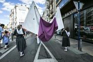 Dos mujeres portan un cartel contra la violencia machista en Vitoria