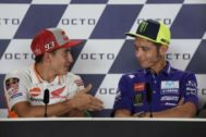 Márquez y Rossi, tras su encontronazo, el año pasado.