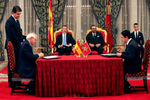 Josep Borrel firma con el ministro de Exteriores marroquí, Nasser...