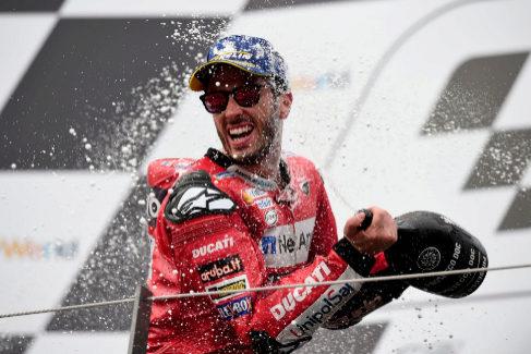 Andrea Dovizioso celebra en el podio, este domingo.