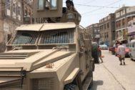 Un vehículo de los separatistas yemeníes patrulla en la ciudad de Aden.