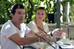 Antonio Banderas, entre Valeria Mazza (izq.) y Sandra Garcia-Sanjuán.