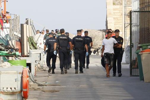 Agentes de la Policía Nacional en Almería con inmigrantes llegados...