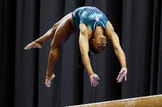 Uno de los ejercicios de Biles en la barra de equilibrios.