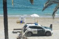 Vehículo de la Guardia Civil, en la playa de Vinaròs donde murió un hombre.
