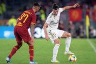 Bale protege el balón ante Spinazzola.