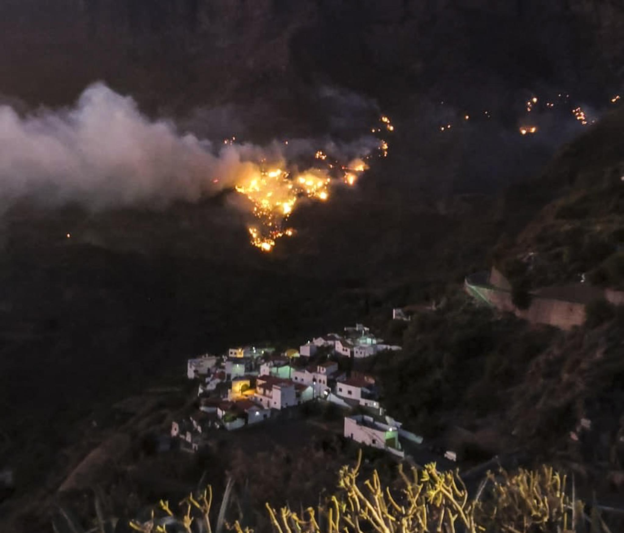 El incendio, muy cerca de la localidad de Tejeda, donde esta noche se han evacuado varios barrios tras la reactivación del fuego por el viento.