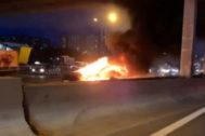 Un Tesla Model 3 se incendia al chocar contra una grúa en Moscú