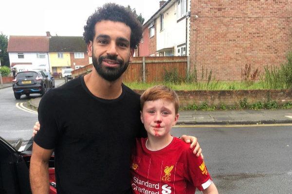 El pequeño Louis, de 11 años, posa con su ídolo Salah.