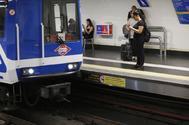 Un tren de Metro de Madrid accede a una estación.