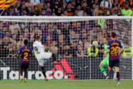Jugadores del FC Barcelona y Valencia CF en la final de la Copa del Rey