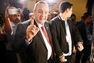 Alejandro Giammattei acude a votar en Guatemala City.