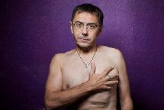 Juan Carlos Monedero, descamisado para la foto, este jueves.