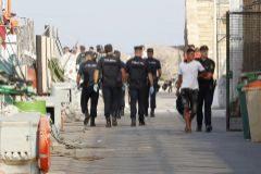 Agentes de la Policía Nacional en Almería con inmigrantes llegados en patera