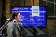 AME6332. <HIT>BUENOS</HIT> <HIT>AIRES</HIT> (ARGENTINA).- Una mujer camina frente a un tablero que muestra los valores de cambio del dólar este lunes, en <HIT>Buenos</HIT> <HIT>Aires</HIT> (Argentina). El valor del peso argentino ante el dólar se desplomaba a la apertura de mercados de este lunes tras la derrota del oficialismo el domingo en las elecciones primarias presidenciales y los <HIT>buenos</HIT> datos del peronismo. Según datos del estatal <HIT>Banco</HIT> Nación, el precio de la divisa estadounidense comenzó el día escalando y subía un 32 % con respecto al cierre del viernes (61 pesos por dólar frente a 46,20 de finales de la pasada semana), por lo que el paso se devaluaba un 24 %.