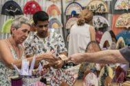 Gente comprando con dinero en efectivo en el Rastro de Madrid, este fin de semana.