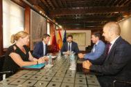 Carlos Mazón (i) y Fernando López Bas, en el centro, presiden este lunes la reunión en el palacio de San Esteban en la capital murciana.