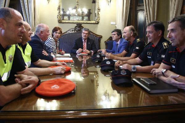 El alcalde de Bilbao durante la reunión con los representantes de Policía Municial y Ertzaintza.