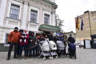 Padres que han tenido hijos por gestación subrogada frente a la embajada de Kiev.