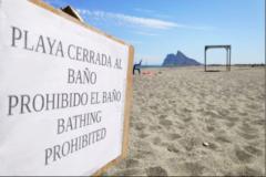 Cartel avisando de la prohibición del baño en la playa de El Burgo.