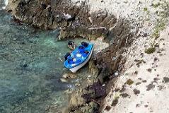 Patera que llegó ayer a la costa de la Mola, en la isla de Formentera, con catorce migrantes a bordo.