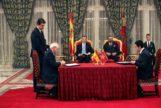Josep Borrel firma con el ministro de Exteriores marroquí, Nasser Bourita, un acuerdo ante la mirada de los reyes Felipe VI y Mohamed VI