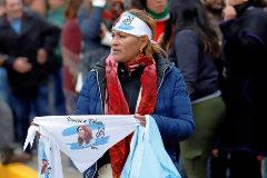 Una mujer vende pañuelos con la imagen de Cristina Fernández De Kirchner.