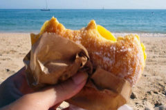 La merienda típica en las playas portuguesas es esta bomba de calorías que se llama Bola de Berlim.