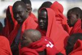 Inmigrantes recién llegados al puerto de Málaga tras ser rescatados del mar este verano.