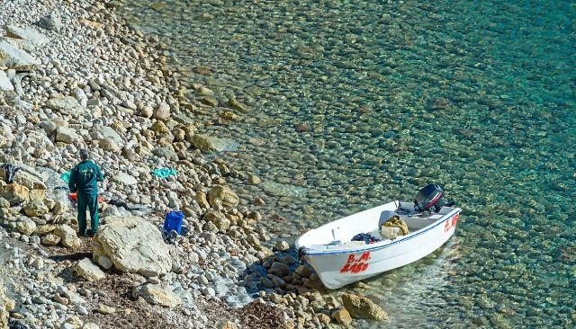 Agente de la Guardia Civil junto a una patera llegada a la costa de Ibiza.