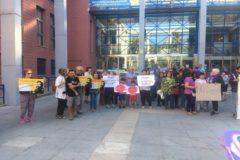 Una protesta ciudadana tras la detención de la mujer hondureña en la comisaría de Xirivella.