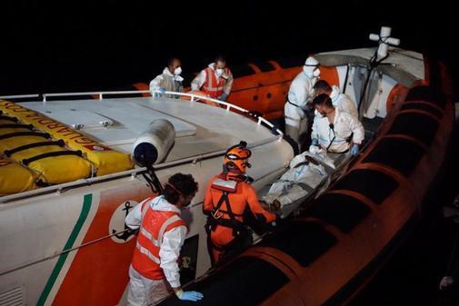 Personal de rescate evacuan a una persona el pasado domingo en el...