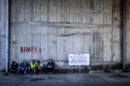 Conductores de mercancías peligrosas de Portugal con un cartel en el que afirman que son transportistas, no terroristas.