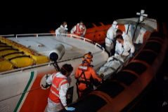 Personal de rescate evacuan a una persona el pasado domingo en el 'Open Arms'.