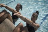 Las ex nadadoras Esther y Gema Pineda, en la piscina del Club de Tenis Chamartín (Madrid).