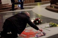 El artista gallego pintando la tumba en el Valle de los Caídos.