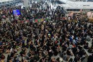 Manifestantes vestidos de negro ocupan de nuevo este martes la terminal de salidas del aeropuerto de Hong Kong.