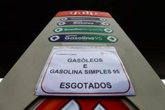 Una gasolinera de Oporto informa a sus usuarios de la falta de gasolina y diésel.