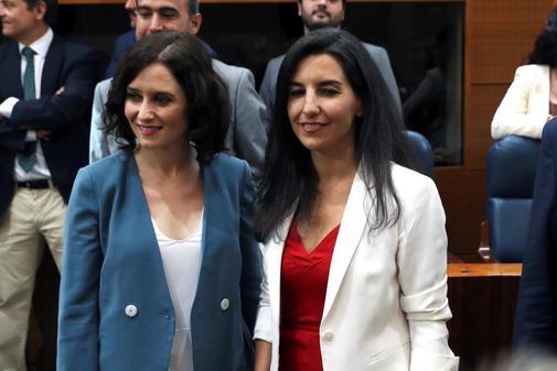 La aspirante del PP a presidir la Comunidad de Madrid, Isabel Díaz Ayuso, con Rocío Monasterio, portavoz de Vox, en la Asamblea este martes.